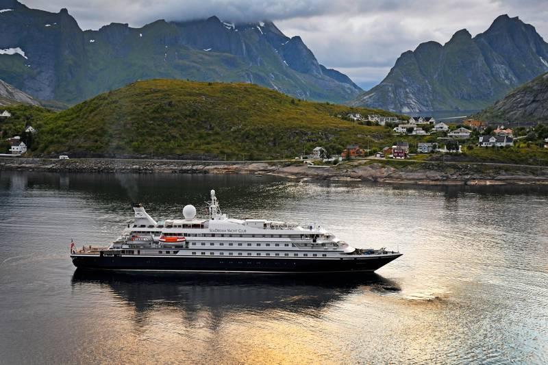 """Reine 20200707.  Superyatchen """"Sea Dream I"""" ankommer Reine . Foto: Rune Stoltz Bertinussen / NTB"""